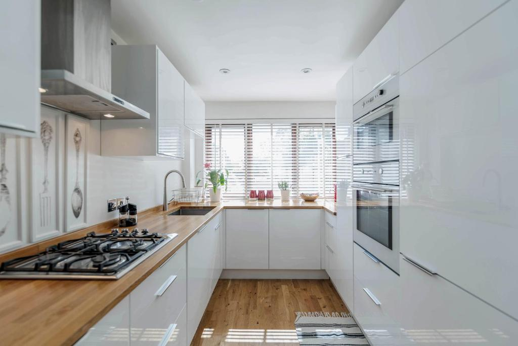 Una cocina o kitchenette en 4 Bed Westerry E14 House