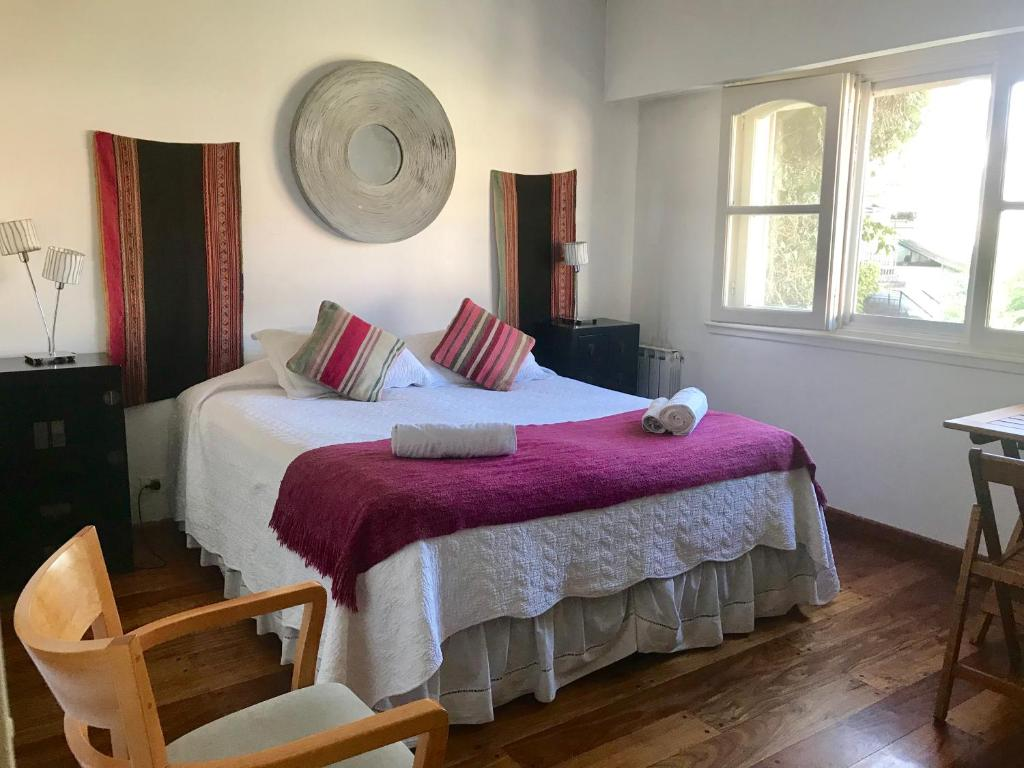 Una cama o camas en una habitación de River House Bed & Breakfast