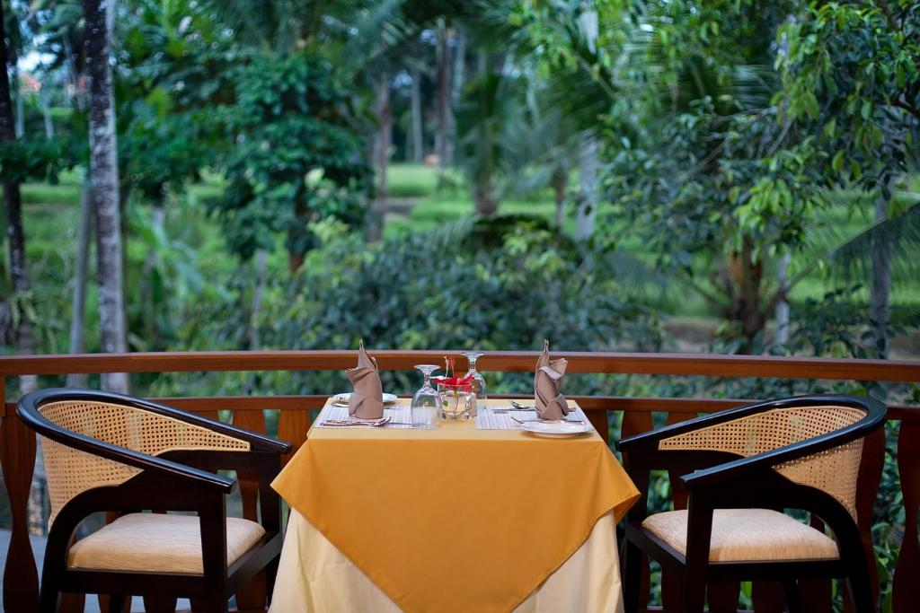 Un restaurant u otro lugar para comer en Green Field Resort Ubud
