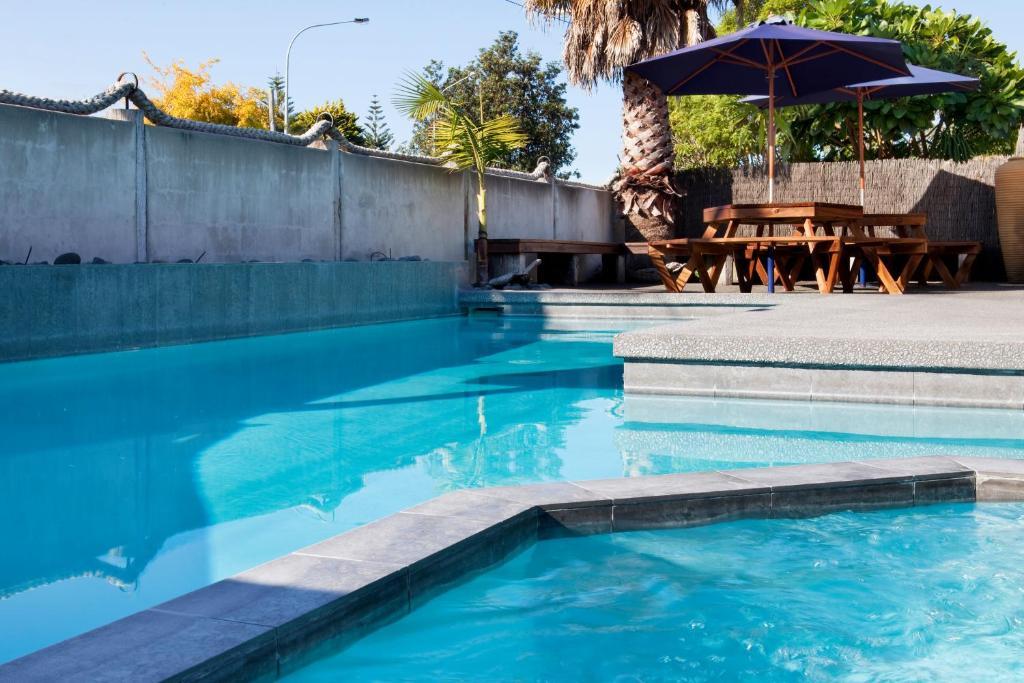 Beach house motel mount manunganui reserva tu hotel con for Motel con piscina privada