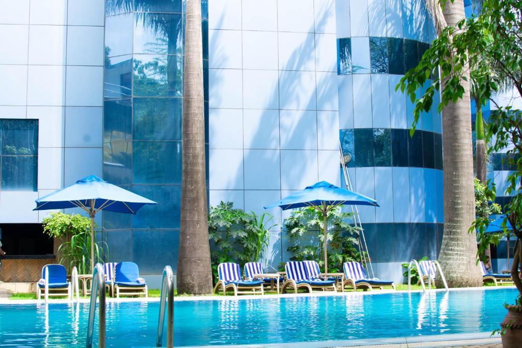 בריכת השחייה שנמצאת ב-The Naura Springs Hotel או באזור