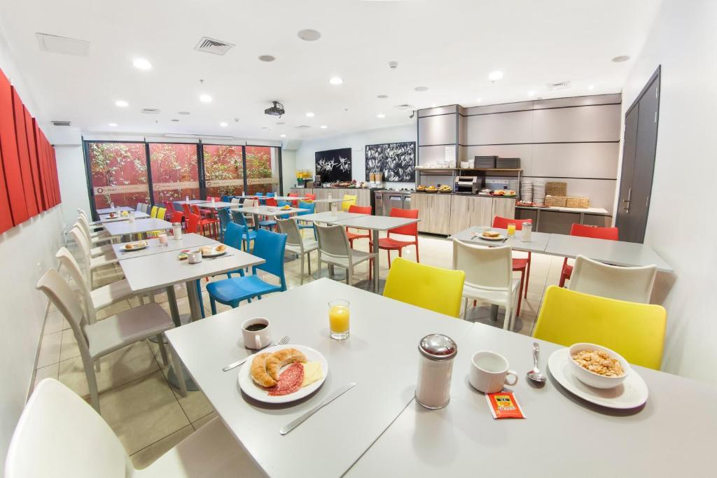 Um restaurante ou outro lugar para comer em Hotel Orpheo Express