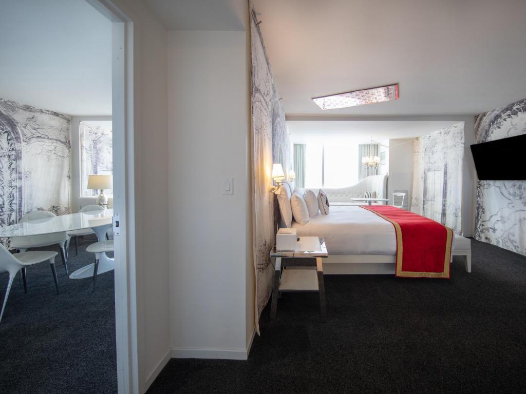 Una cama o camas en una habitación de SLS Las Vegas Hotel & Casino