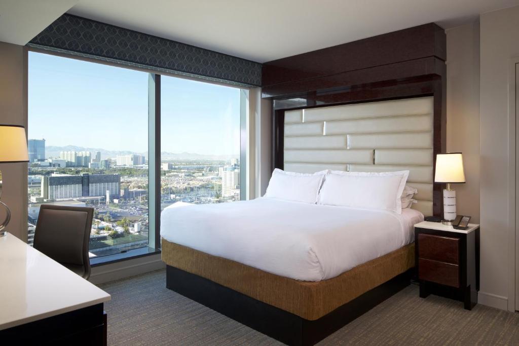 Una cama o camas en una habitación de Elara by Hilton Grand Vacations - Center Strip
