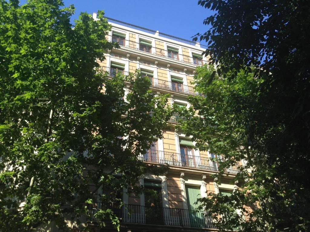 Girona 108 barcelona reserva tu hotel con viamichelin for Hotel familiar girona