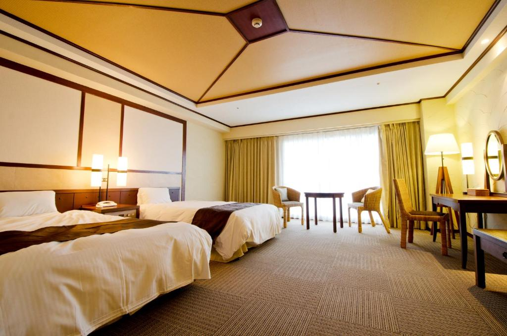Una cama o camas en una habitación de Royal Hotel Okinawa Zanpamisaki
