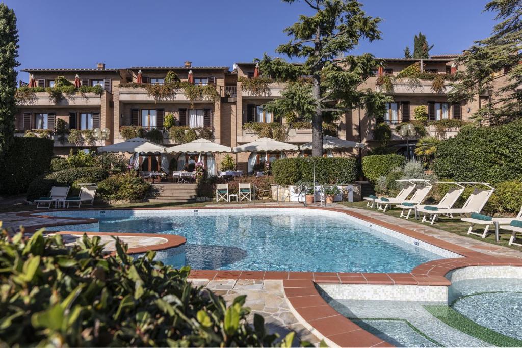 בריכת השחייה שנמצאת ב-Relais Santa Chiara Hotel או באזור
