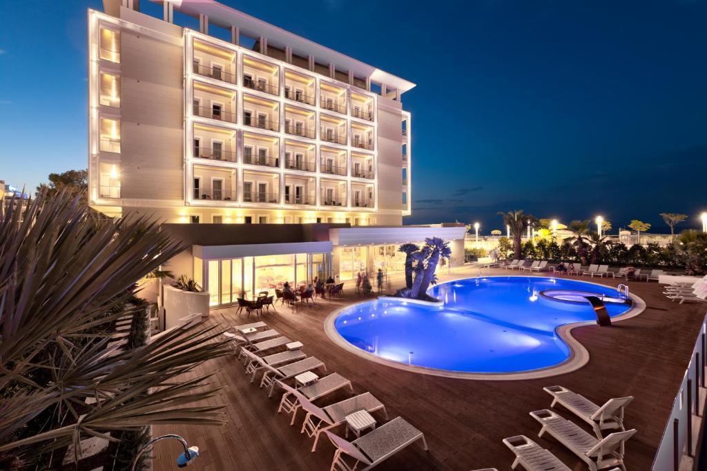 Hotel ambasciatori riccione prenotazione on line viamichelin - Bagno 99 riccione ...