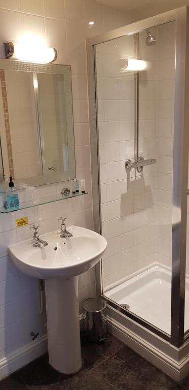 Phòng tắm tại Waterloo Cross by Marston's Inns