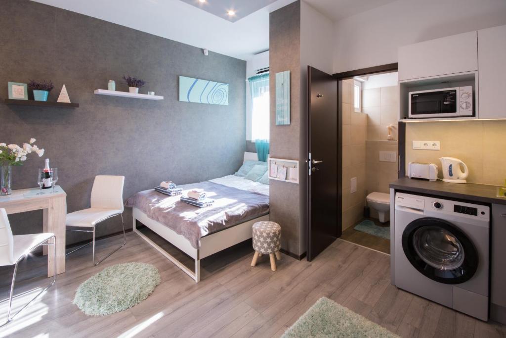 043ba8a13 سرير أو أسرّة في غرفة في Petra's Tranquil Nest in Downtown Budapest