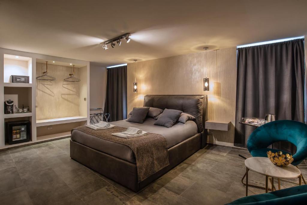 מיטה או מיטות בחדר ב-Black And White Suite