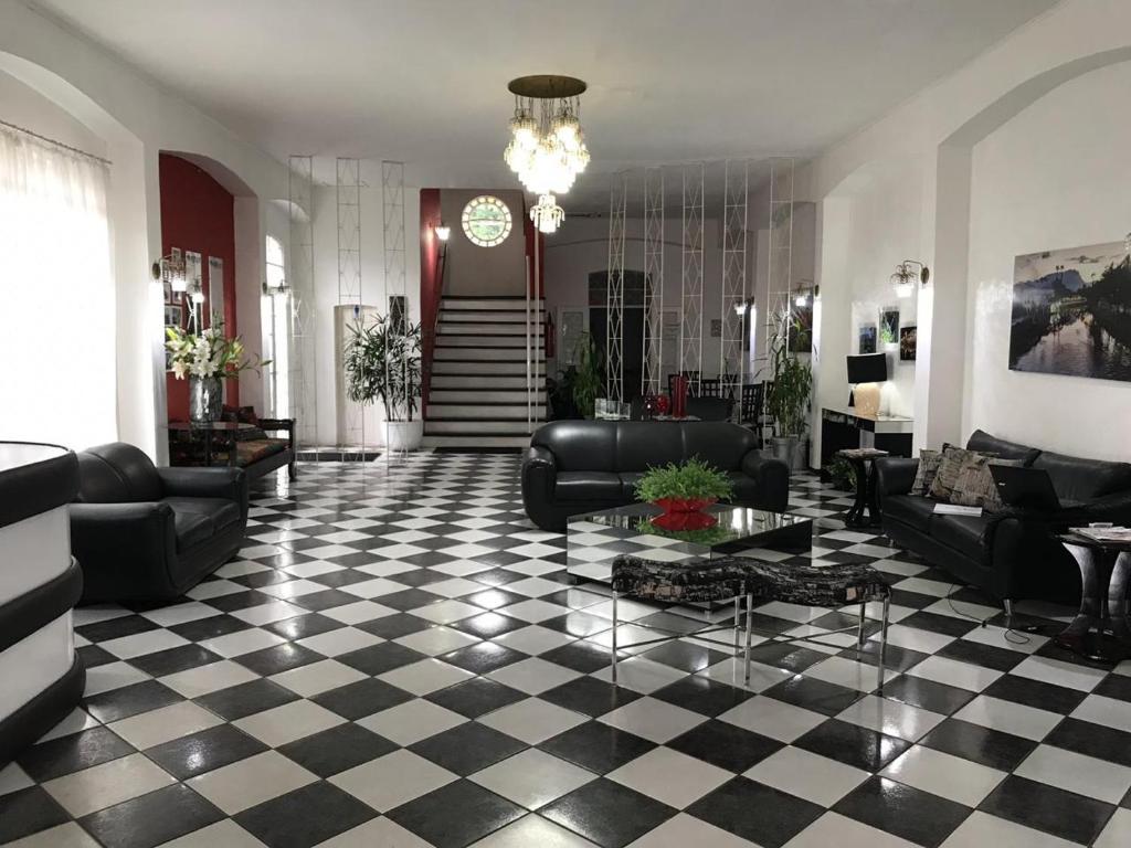 O saguão ou recepção de Porto Real Hotel