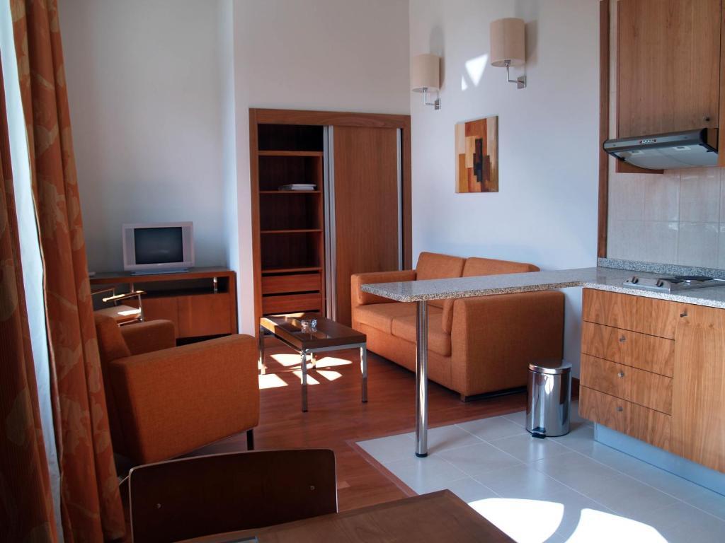 Uma TV ou centro de entretenimento em Hotel Apartamentos Geres Ribeiro