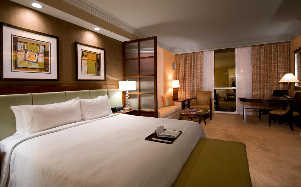 Una cama o camas en una habitación de The Signature at MGM