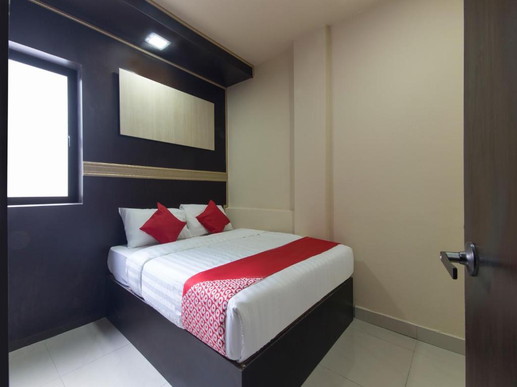 سرير أو أسرّة في غرفة في OYO 697 Niche Valley Hotel