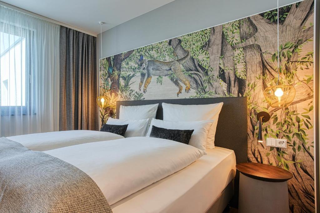 Giường trong phòng chung tại NinetyNine Heidelberg City