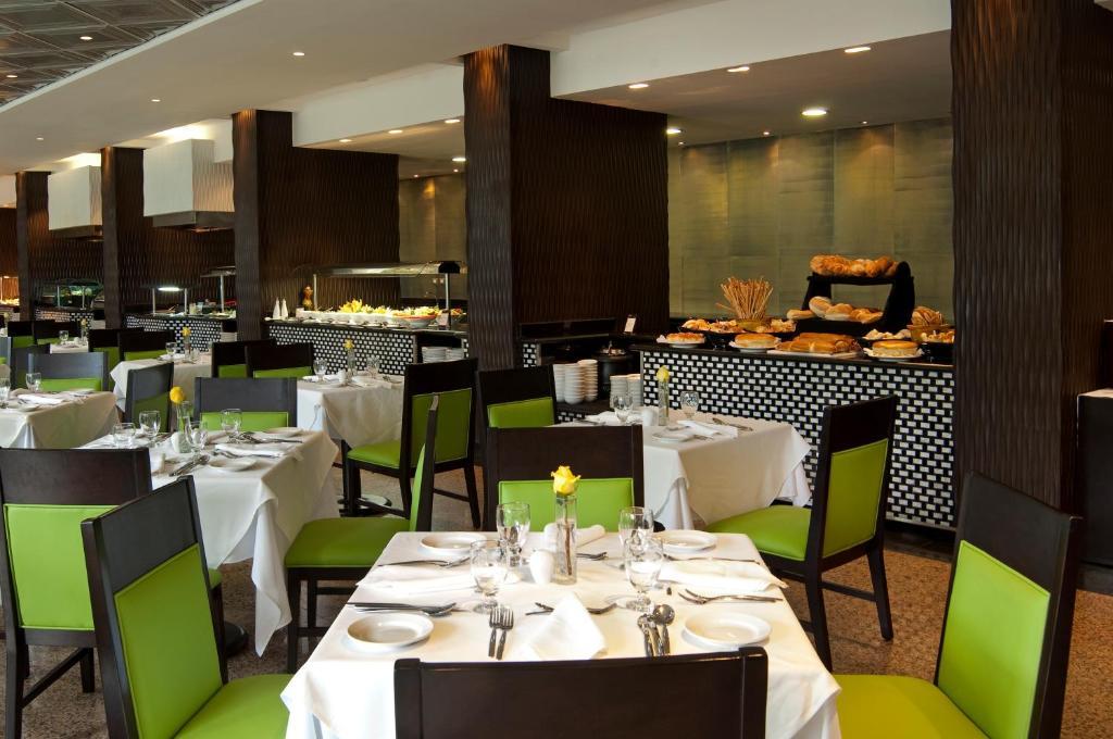 Un restaurant u otro lugar para comer en Barcelo Santo Domingo
