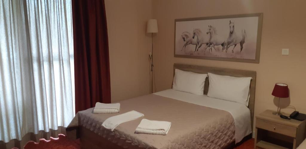 Giường trong phòng chung tại Hotel Vasilis
