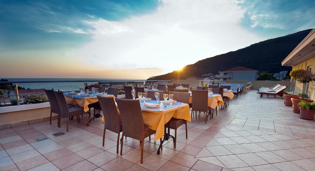 Um restaurante ou outro lugar para comer em Hotel WGrand