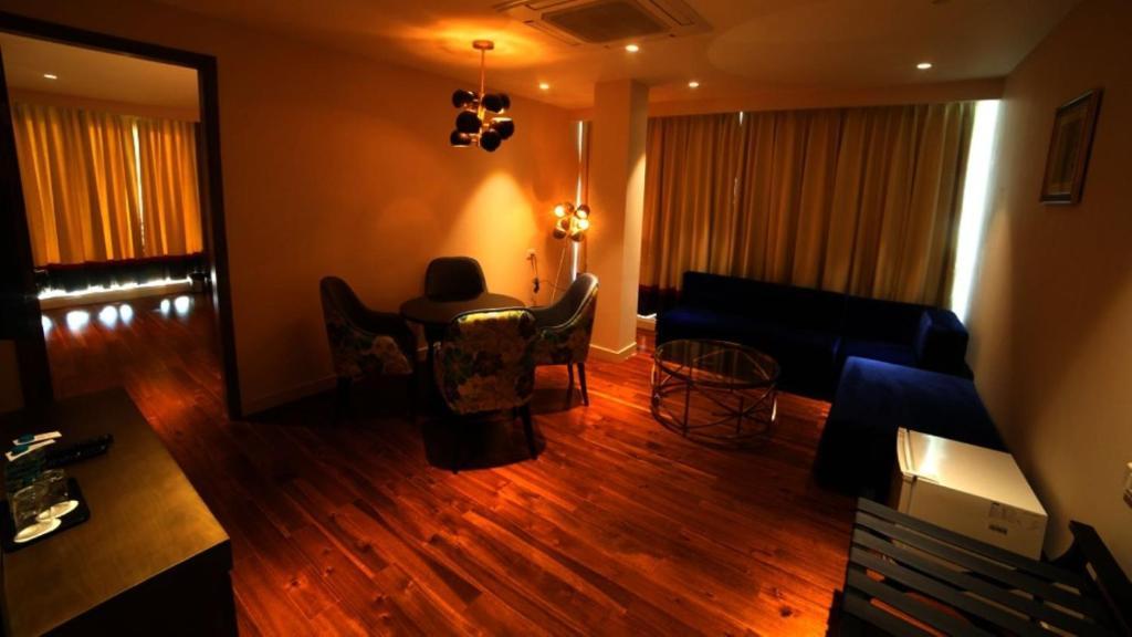 Uma área de estar em Hotel Le Lotus Grand