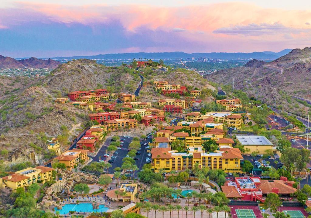 Uma vista aérea de Pointe Hilton Tapatio Cliffs Resort