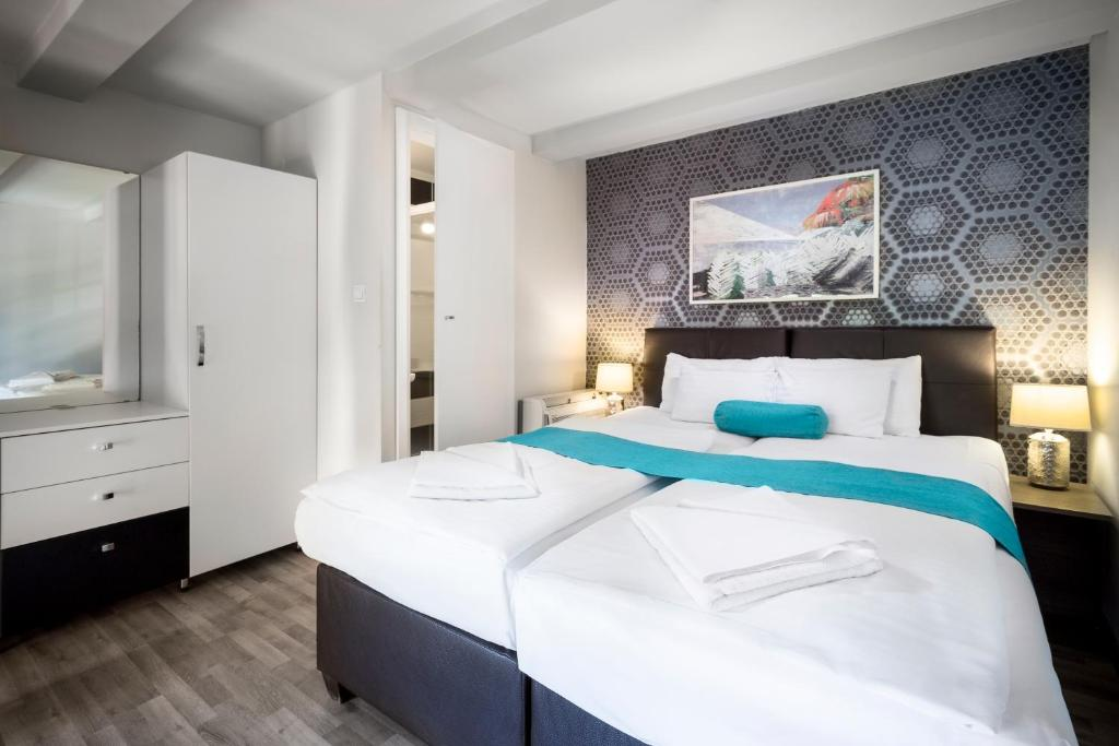 Giường trong phòng chung tại Hotel Mika Superior