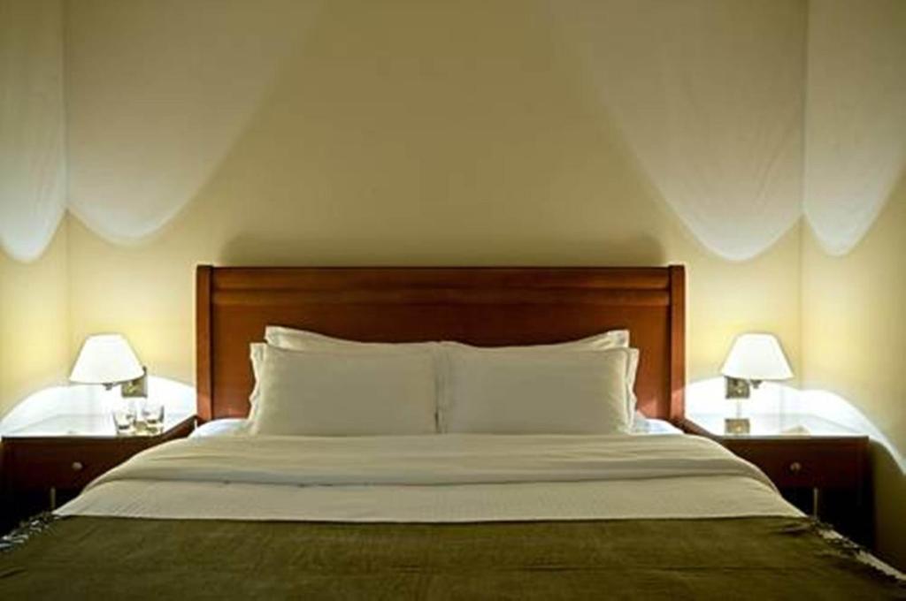 سرير أو أسرّة في غرفة في أجنحة شام الفندقية