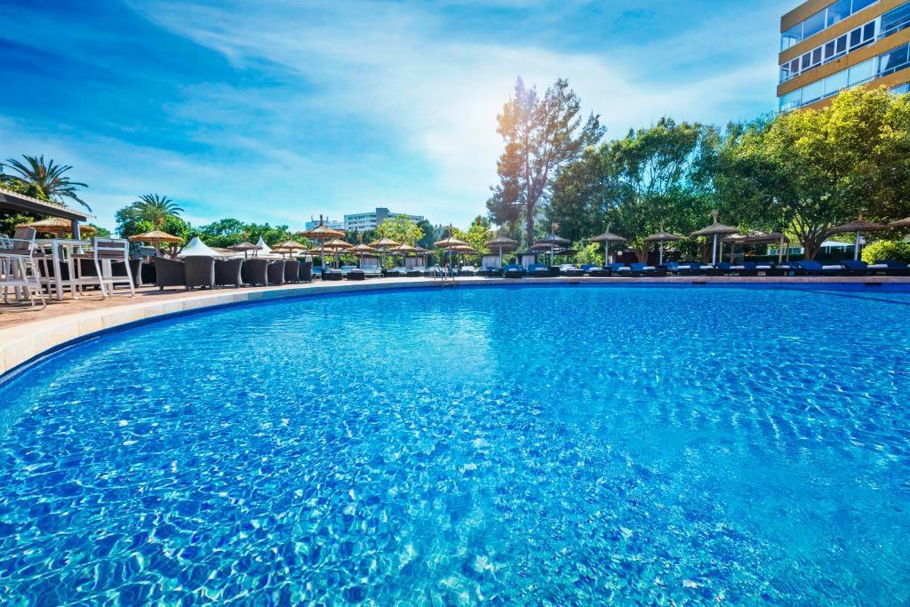 المسبح في Salles Hotels Marina Portals أو بالجوار