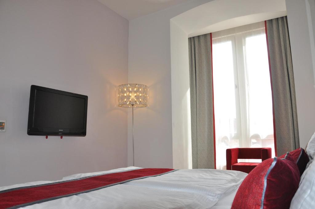 Red blue design hotel prague prague book your hotel for 937 design hotel prague