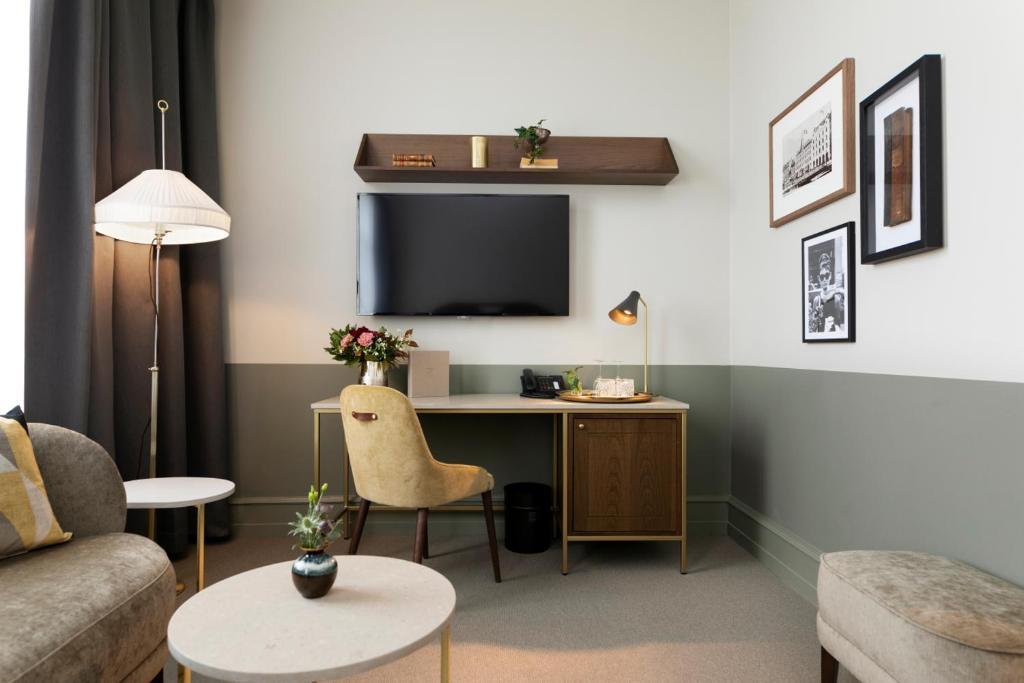 Uma TV ou centro de entretenimento em Elite Hotel Savoy