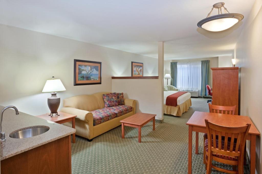 Triple Play Resort Hotel  U0026 Suites
