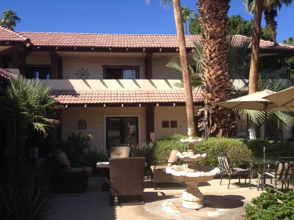 La maison hotel palm springs book your hotel with for La maison hote