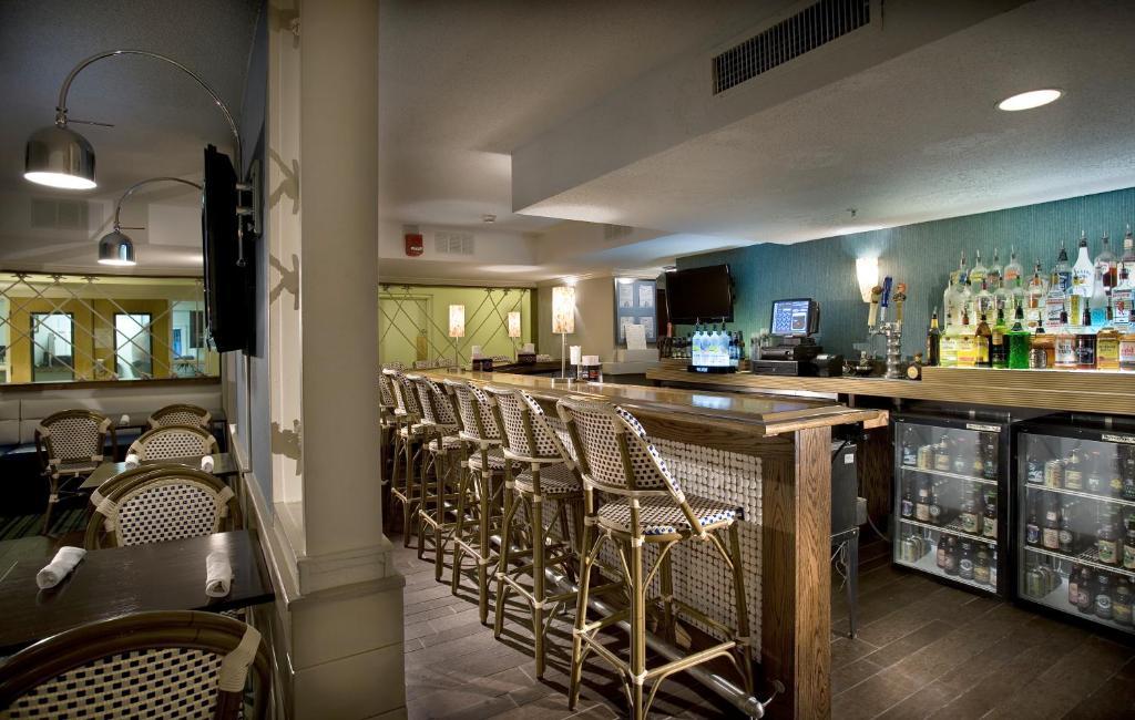 La sala de estar o bar de Landmark Resort