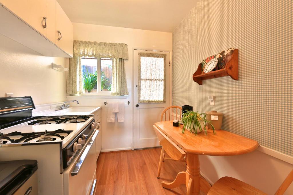 pleasant inn morro bay informationen und buchungen. Black Bedroom Furniture Sets. Home Design Ideas