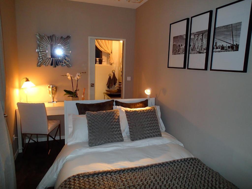 chambre d 39 h tes new west room chambre d 39 h tes la madeleine. Black Bedroom Furniture Sets. Home Design Ideas