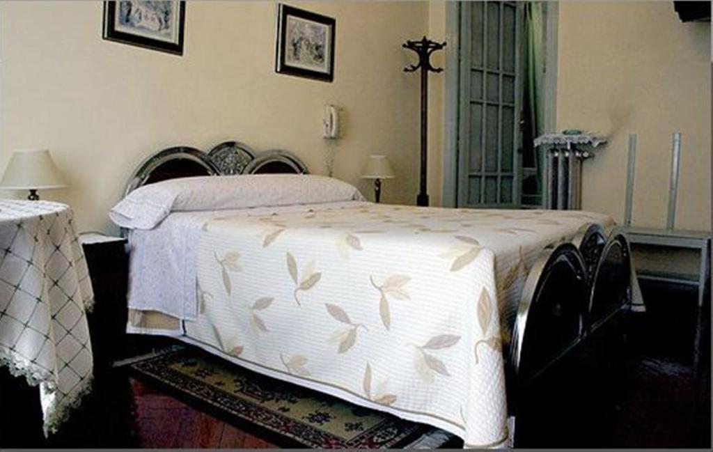 bed breakfast hostal delfina bed breakfast in madrid spain. Black Bedroom Furniture Sets. Home Design Ideas