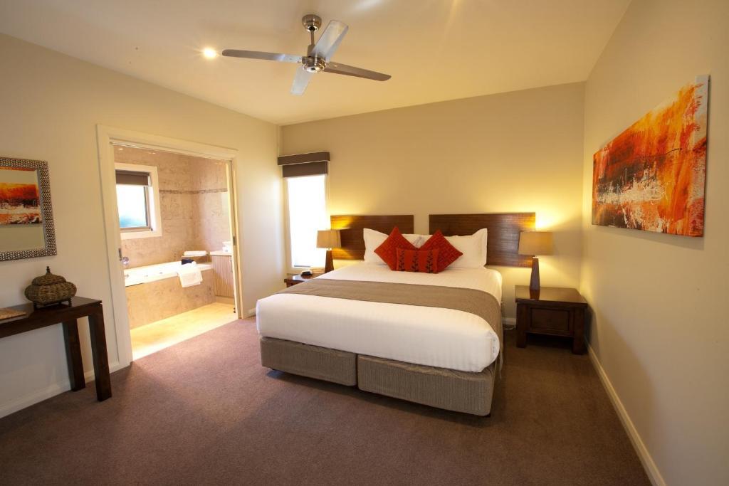 سرير أو أسرّة في غرفة في وايلد كاتيل كريك إستات