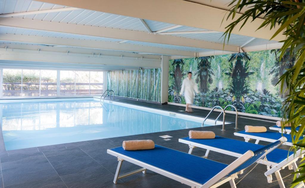 Le monde de mademoiselle l voyage le centre de for Parlons piscine