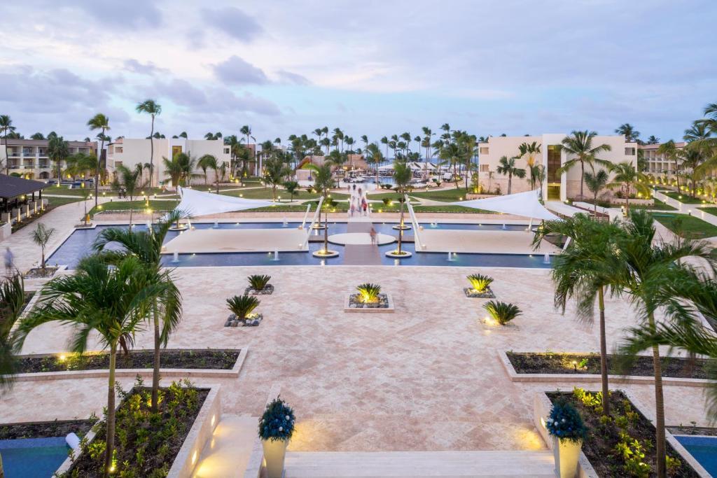 Una vista de la pileta en Royalton Punta Cana Resort & Spa o alrededores