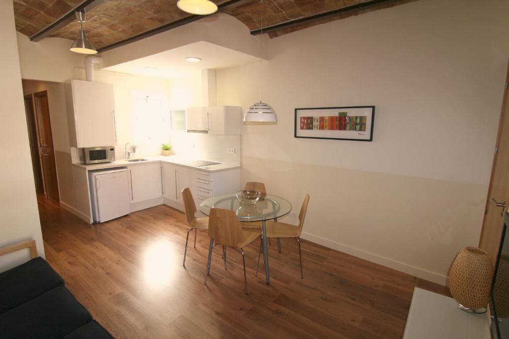 Apartamentos atica barcelona reserva tu hotel con for Decoracion apartaestudios