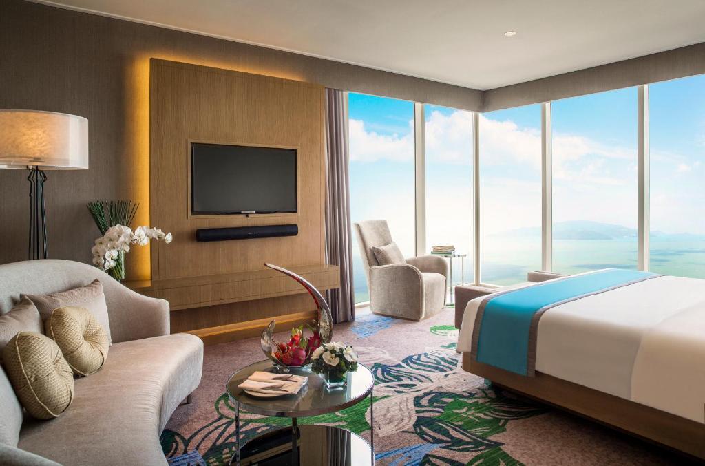 Phòng Executive Suite có giường cỡ King với quyền lui tới Club Lounge