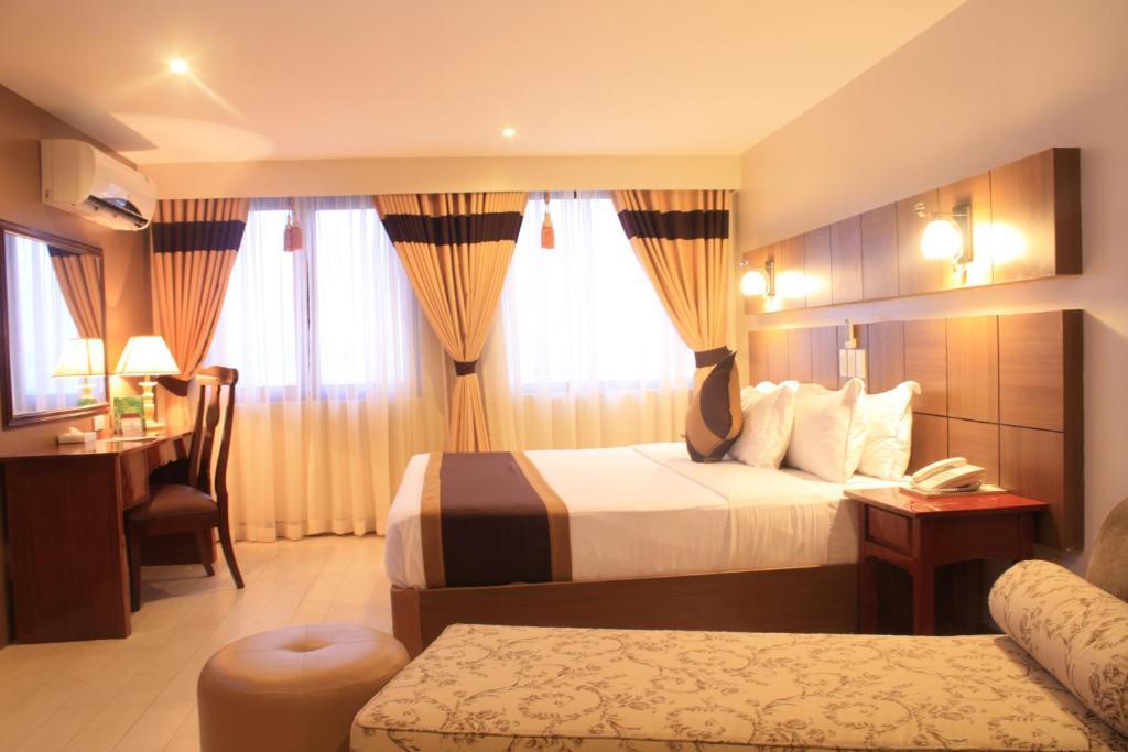 Pinnacle Hotel Room Service Menu