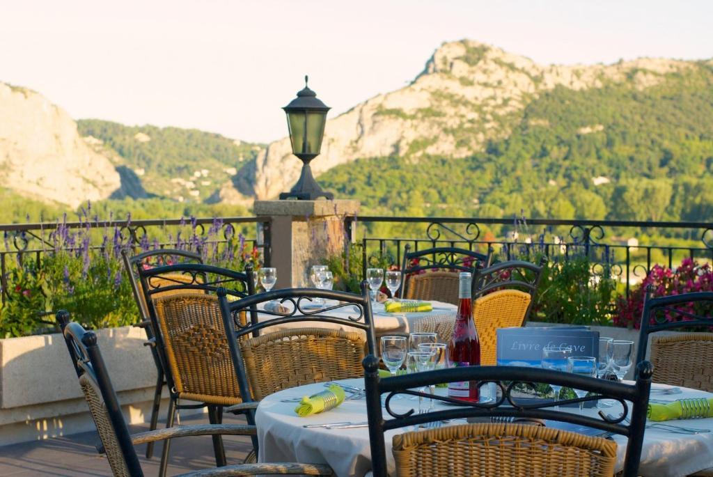 Logis hotel la porte des c vennes al s book your hotel for Laporte phone book