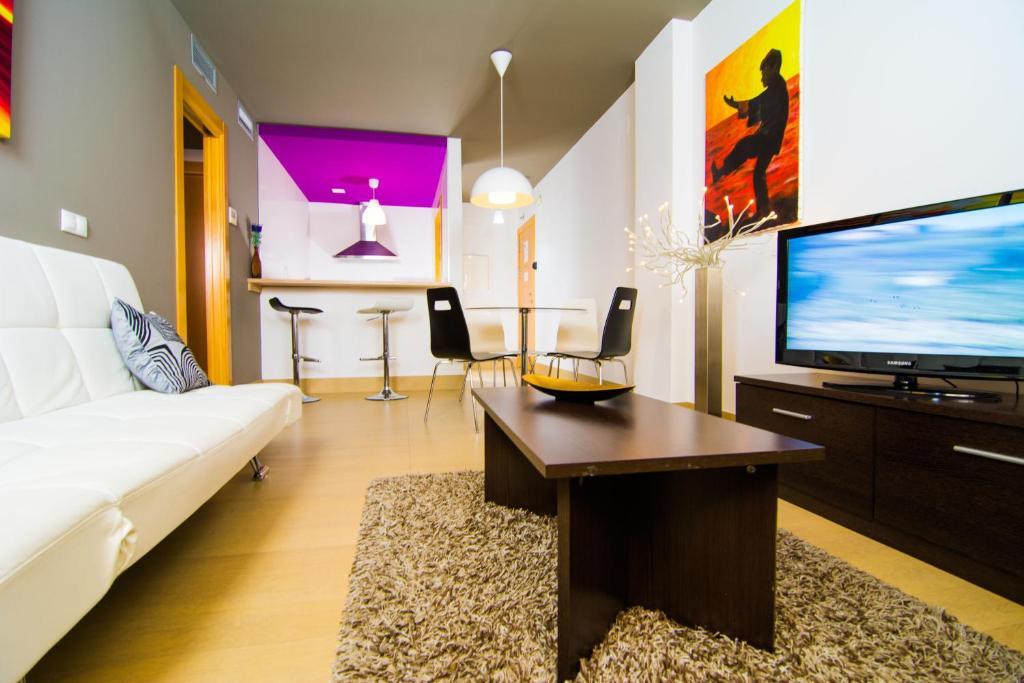 Apartamentos 16 9 suites almer a almer a book your for Decorador de interiores