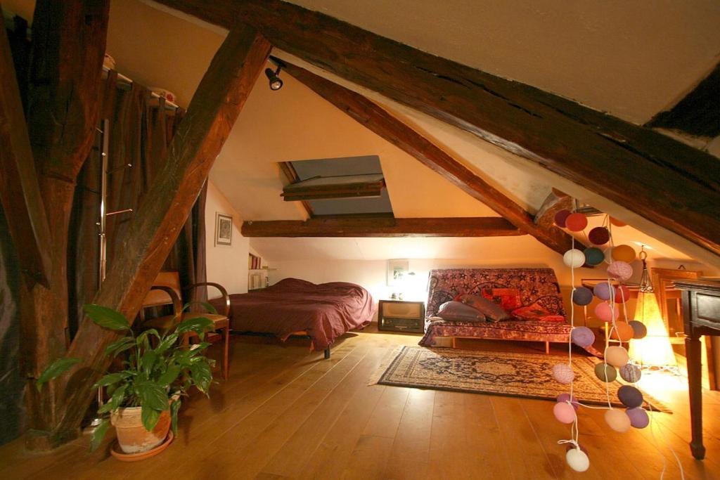 ferienwohnung mansarde des artistes frankreich paris. Black Bedroom Furniture Sets. Home Design Ideas