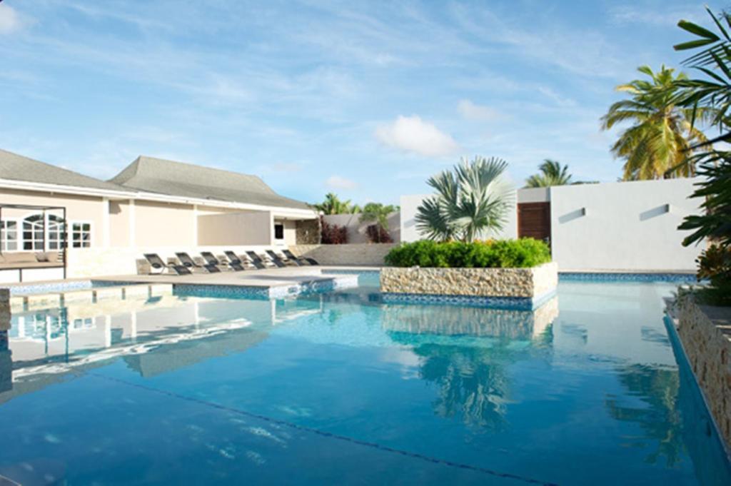 A piscina localizada em Trupial Hotel & Casino ou nos arredores
