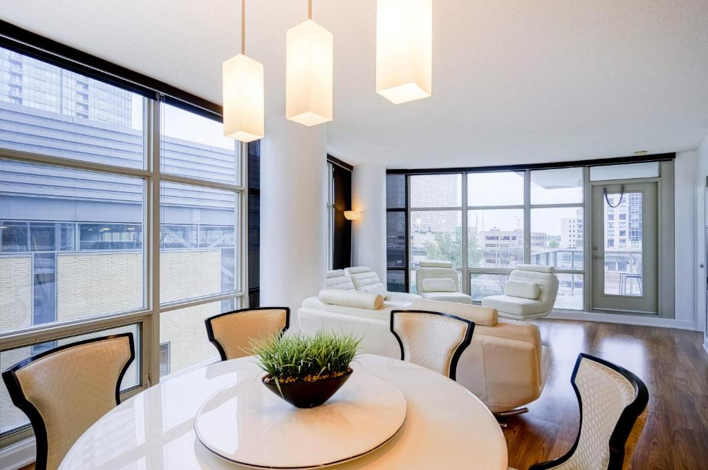 Hydewest mariner furnished suite toronto book your for 5 mariner terrace floor plan