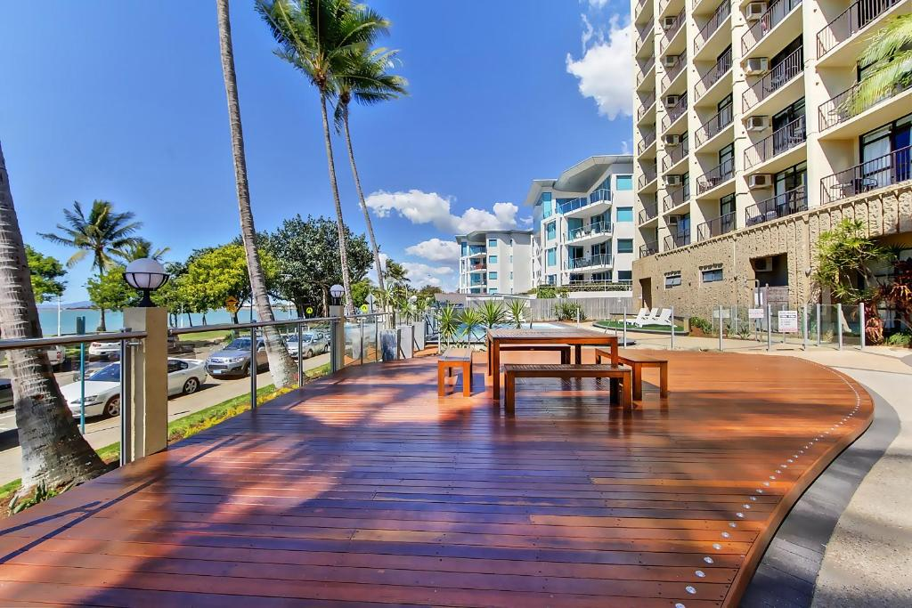 aquarius on the beach townsville book your hotel with. Black Bedroom Furniture Sets. Home Design Ideas