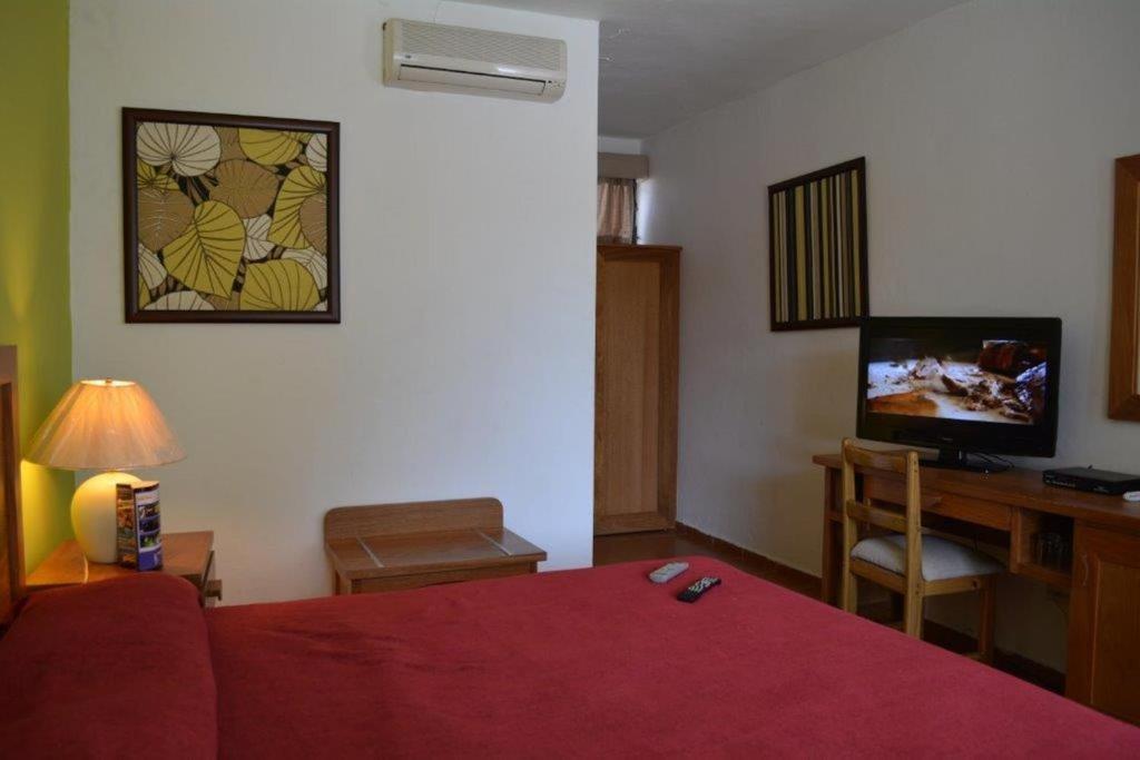 Una cama o camas en una habitación de New Garden Hotel