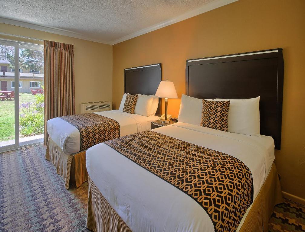 Cama ou camas em um quarto em Silver Surf Motel
